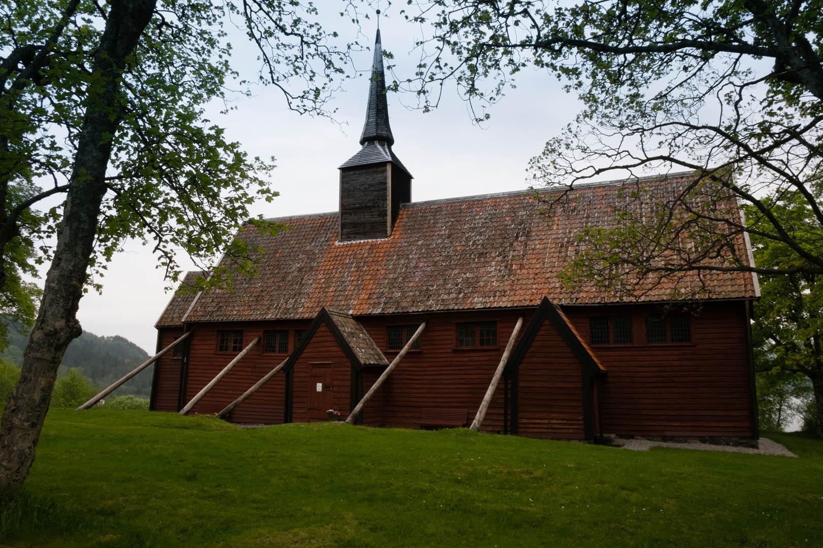 Et bilde av Kvernes Stavkirke.
