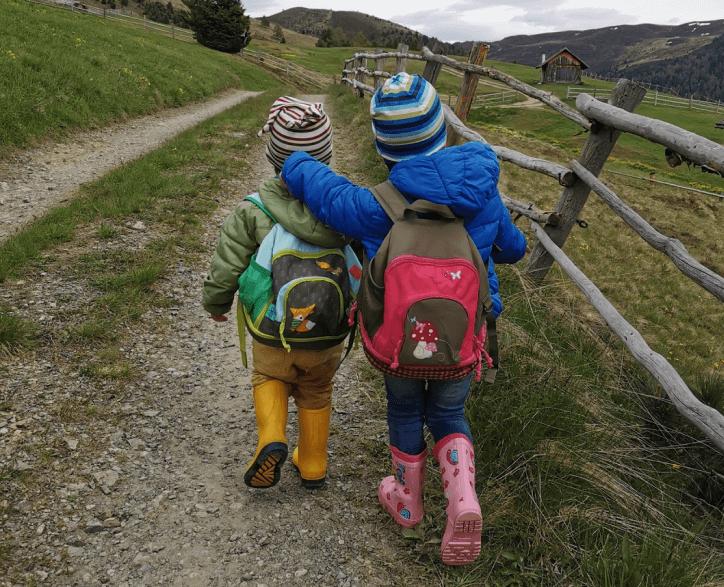 kinder-gehen-spazieren