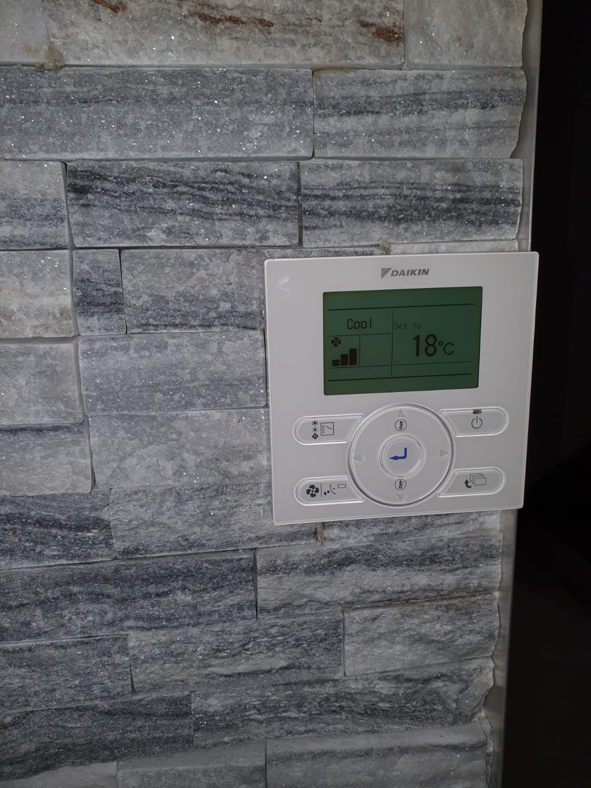 An air conditioning wall controller