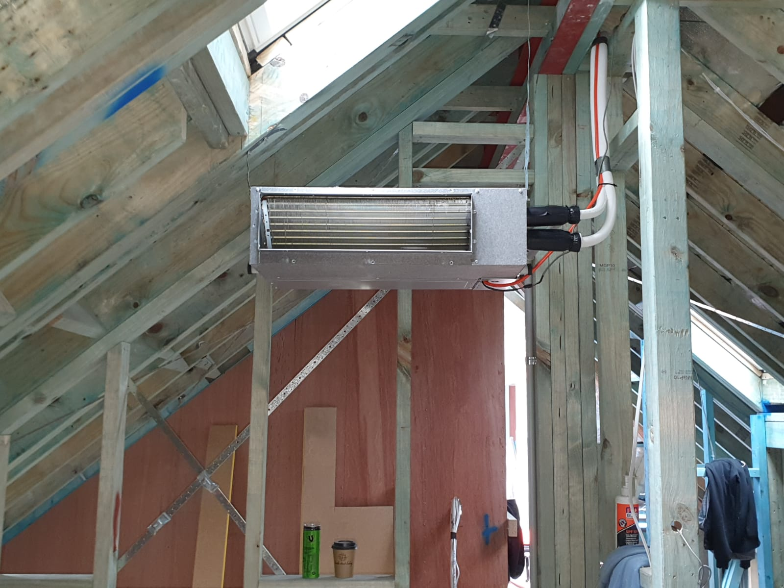 Installation of an air conditioning unit in a roof