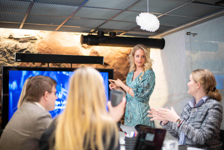 Sofia Tångelin, chefsjurist på Hidden Dreams, håller i en workshop.
