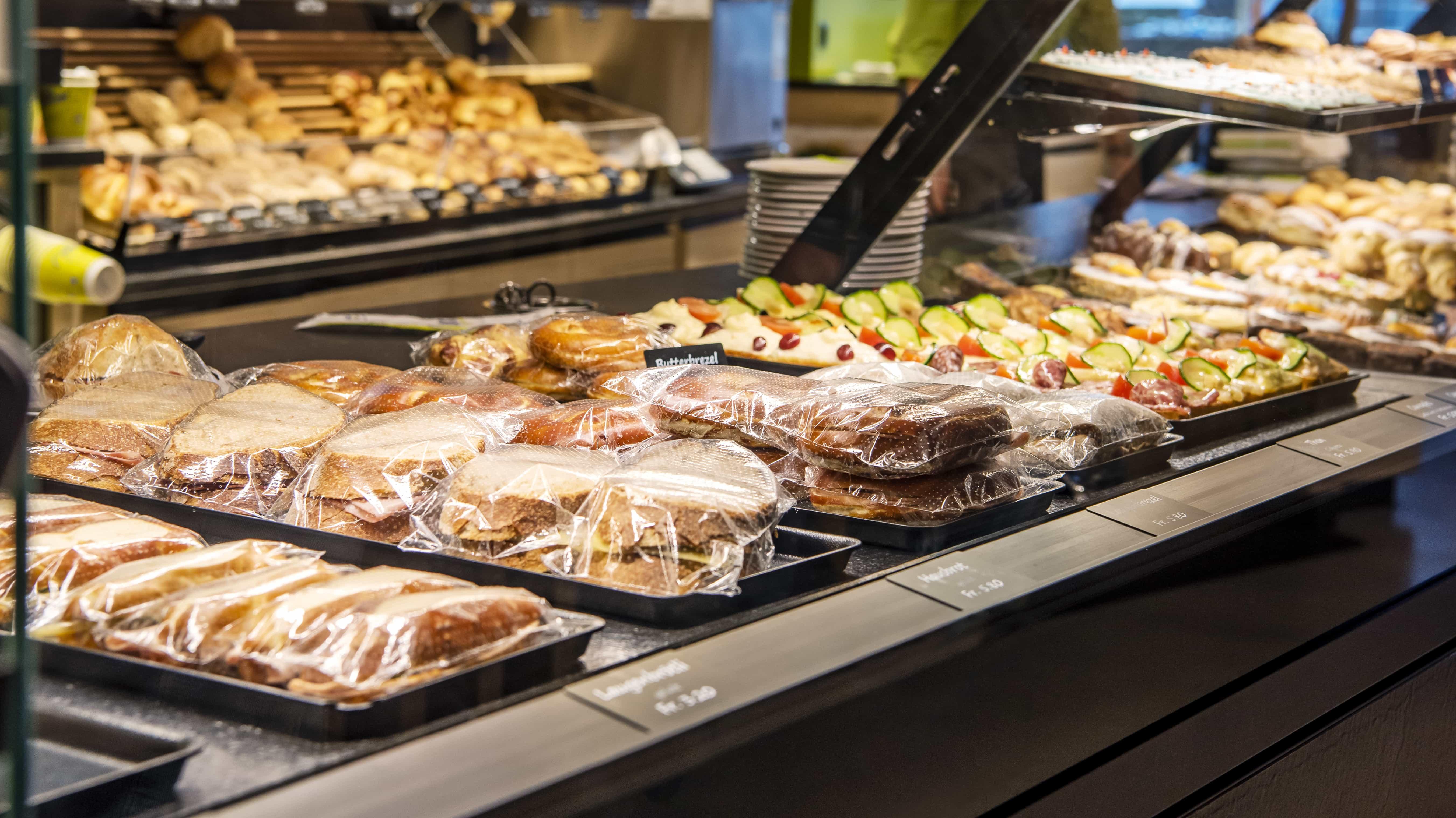 Auslage in Theke in Bäckerei Räber