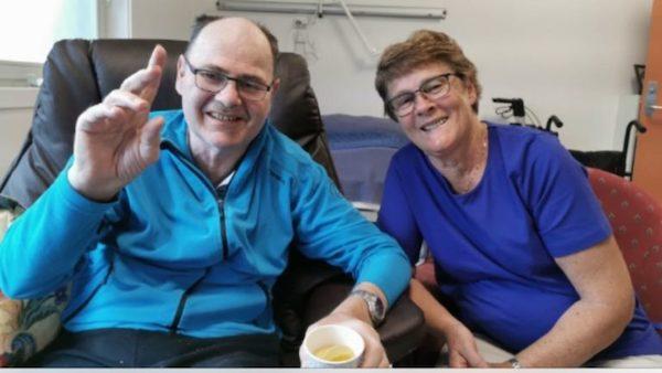 Arne Omland (65) bor i omsorgsbolig på Listaheimen. Solfrid Hansen er søster til Arne, og aktiv Memoriabruker.