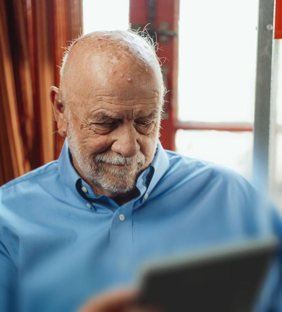 Med MinMemoria får Trygve (78) en større følelse av trygghet når han besøker forskjellige omsorgstjenester i hverdagen. (Illustrasjonsbilde)