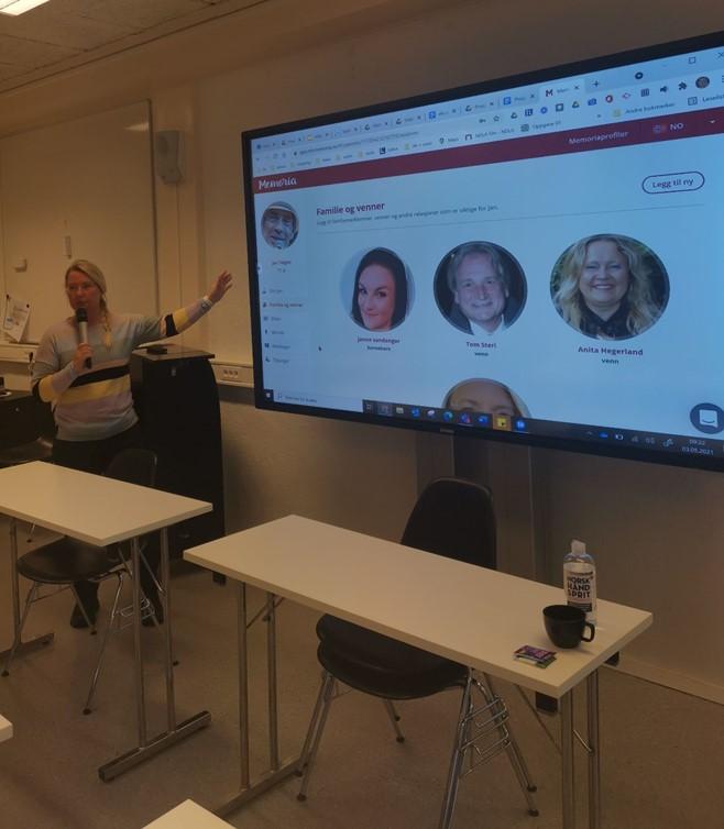 Lærer viser fram MinMemoria på storskjerm