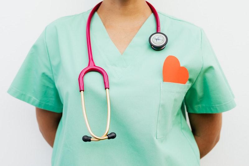 sykepleier med hjerte på uniformen