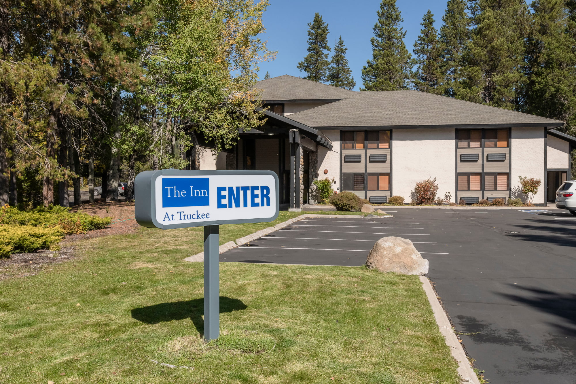 Entrance view of The Inn at Truckee.