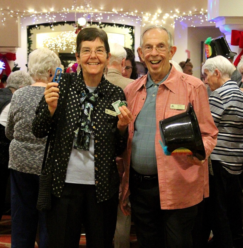 Royal Oaks residents dig the holidays!