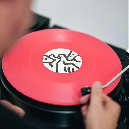 Plattenspieler mit roter Platte