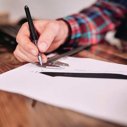 Hand mit Kugelschreiber beim Zeichnen