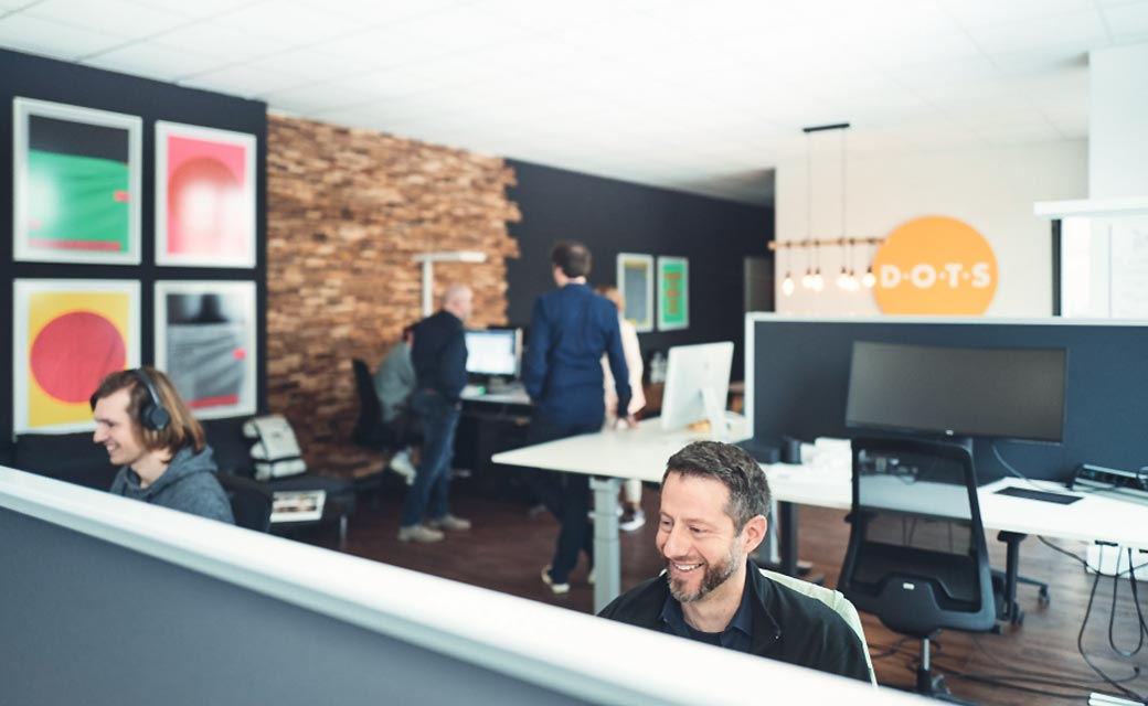 Büro der Agentur Dots: Mehrere Teammitglieder bei der Arbeit
