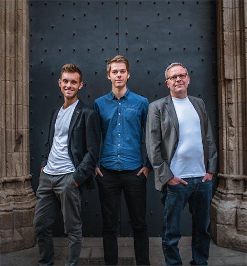 Die drei Gründer von Black Forest Collective vor Portal des Freiburger Münsters
