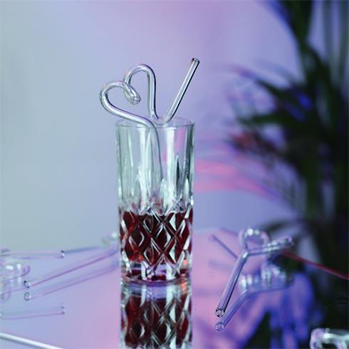 Herzförmig geschwungener Glastrinkhalm in Cocktailglas