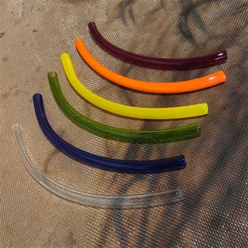Sechs verschieden farbige Glastrinkhalme