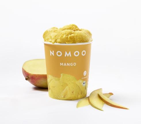 Nomoo Eisbecher Mango mit Mangoscheiben davor