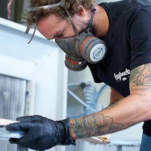 Longboard-Hersteller Hartmut Hack bei der Arbeit