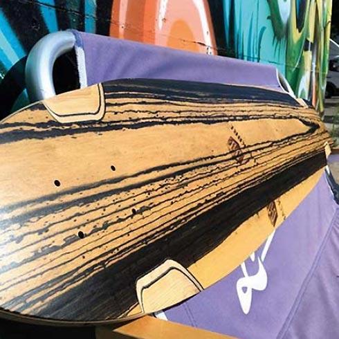 Rückseite eines Longboard-Decks aus Holz