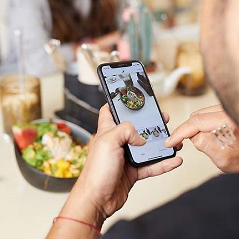 Smartphone mit geöffneter Foto-App