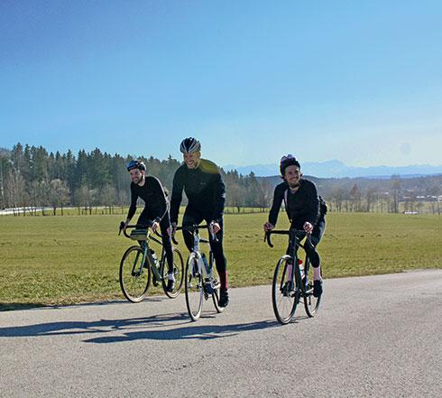 3 Rennradfahrer auf Straße