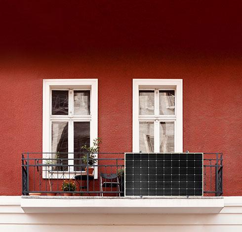 Balkon mit Mini-Solaranlage von Priwatt