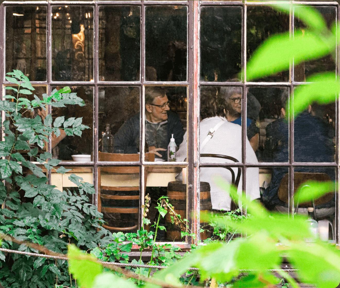 Gæster spiser i laden på BaneGaarden