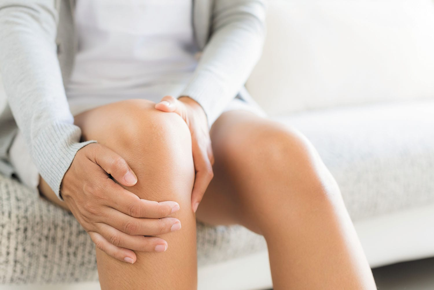 woman with pain behind knee