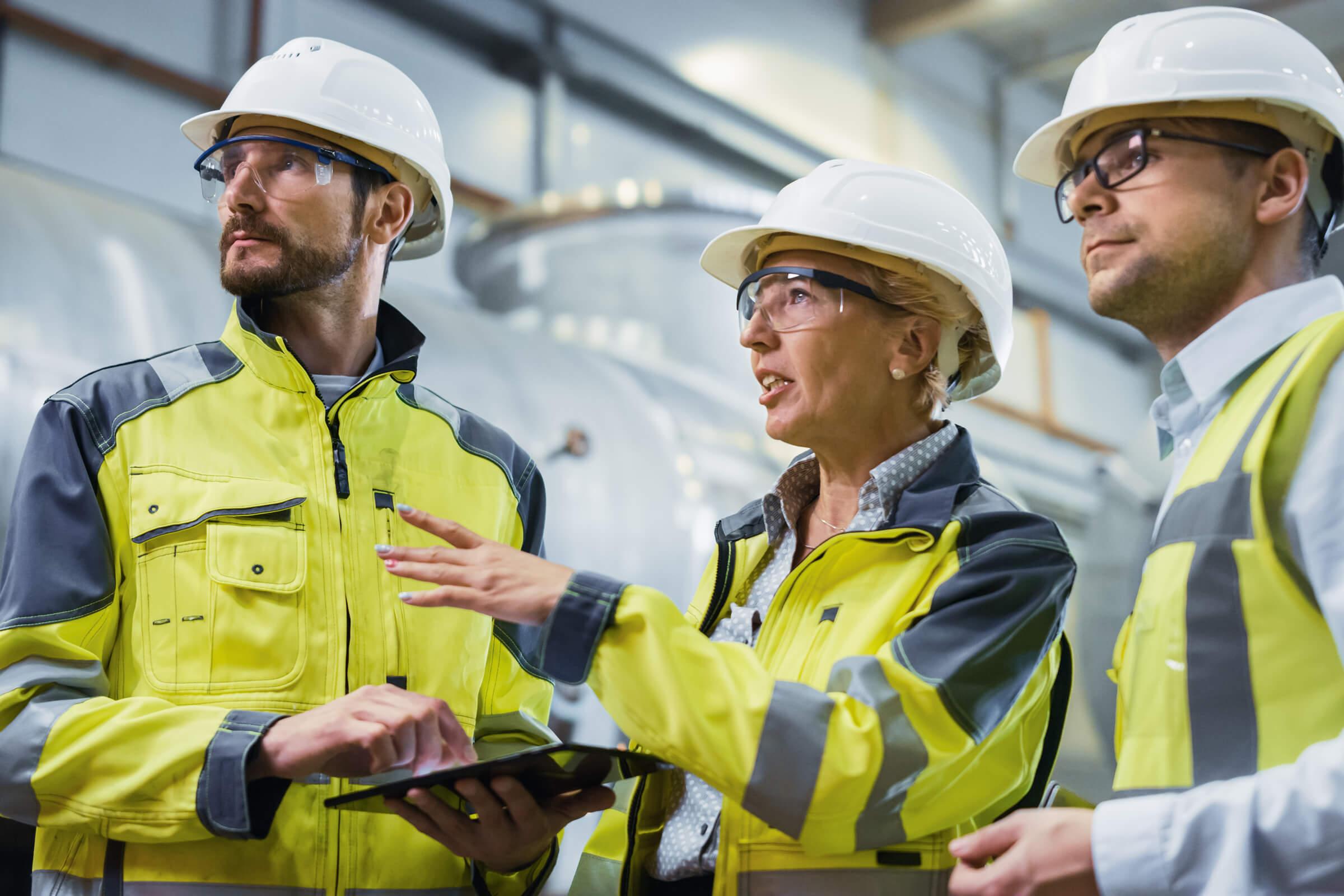 Mitarbeiter beraten über Brandschutz in einem Betrieb