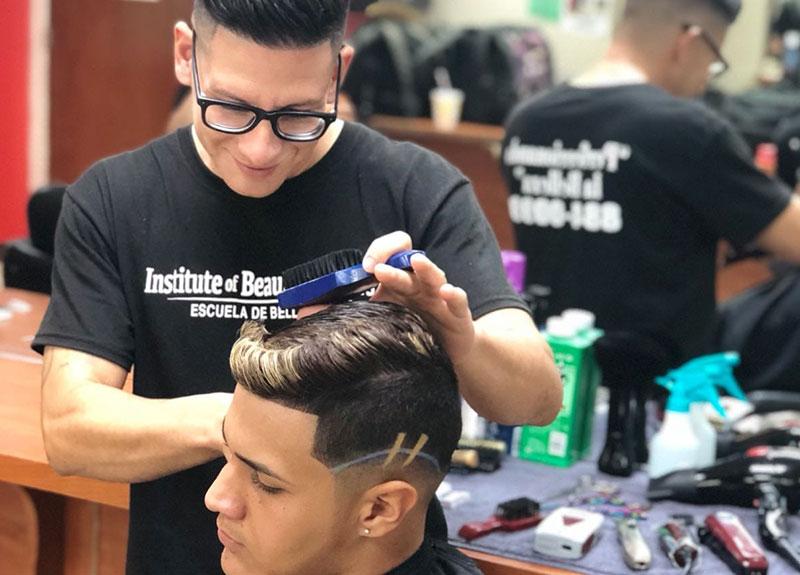 Estudiante del curso de Barbería practicando