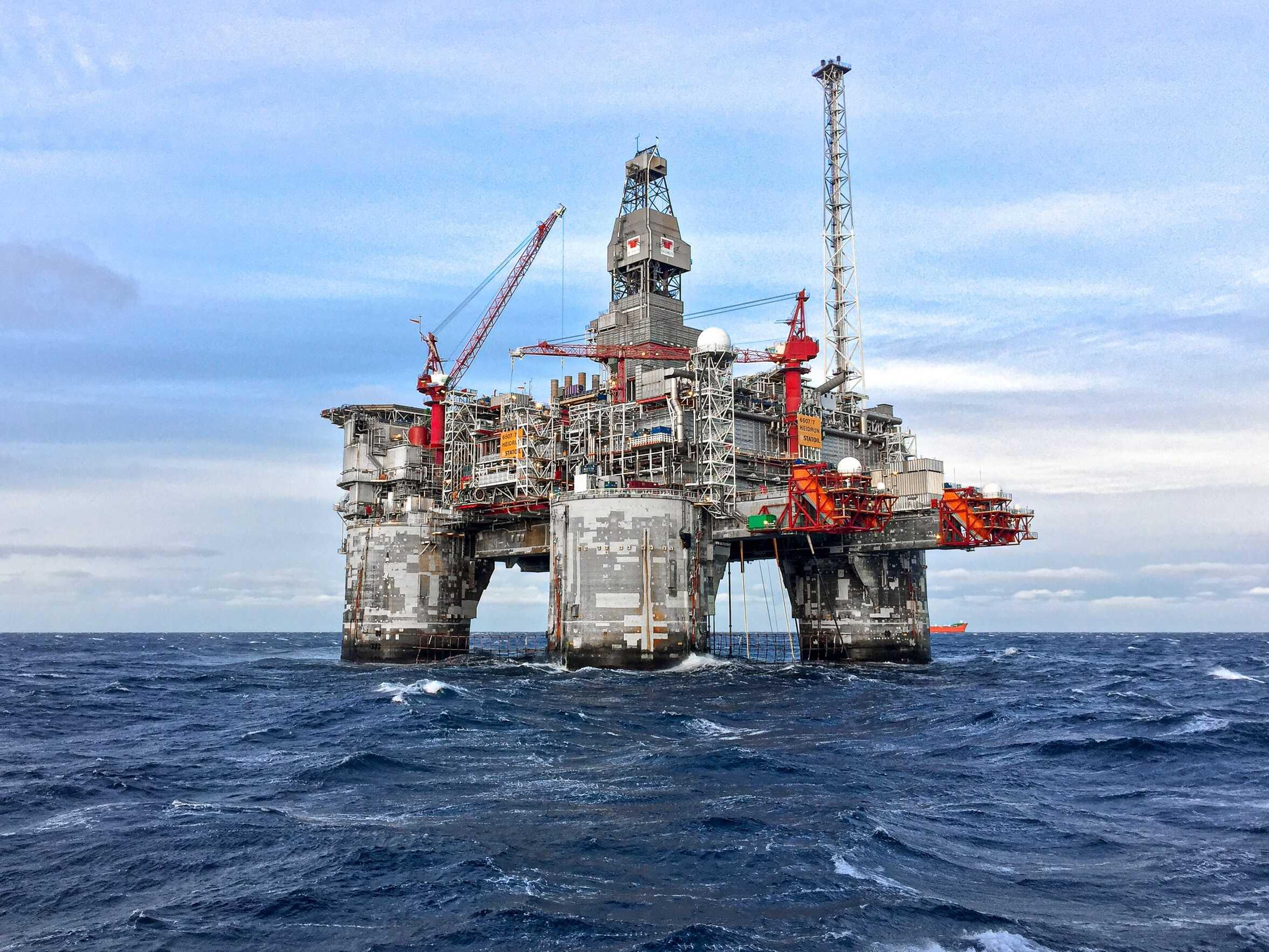 Kabelwerkers op olieplatform.