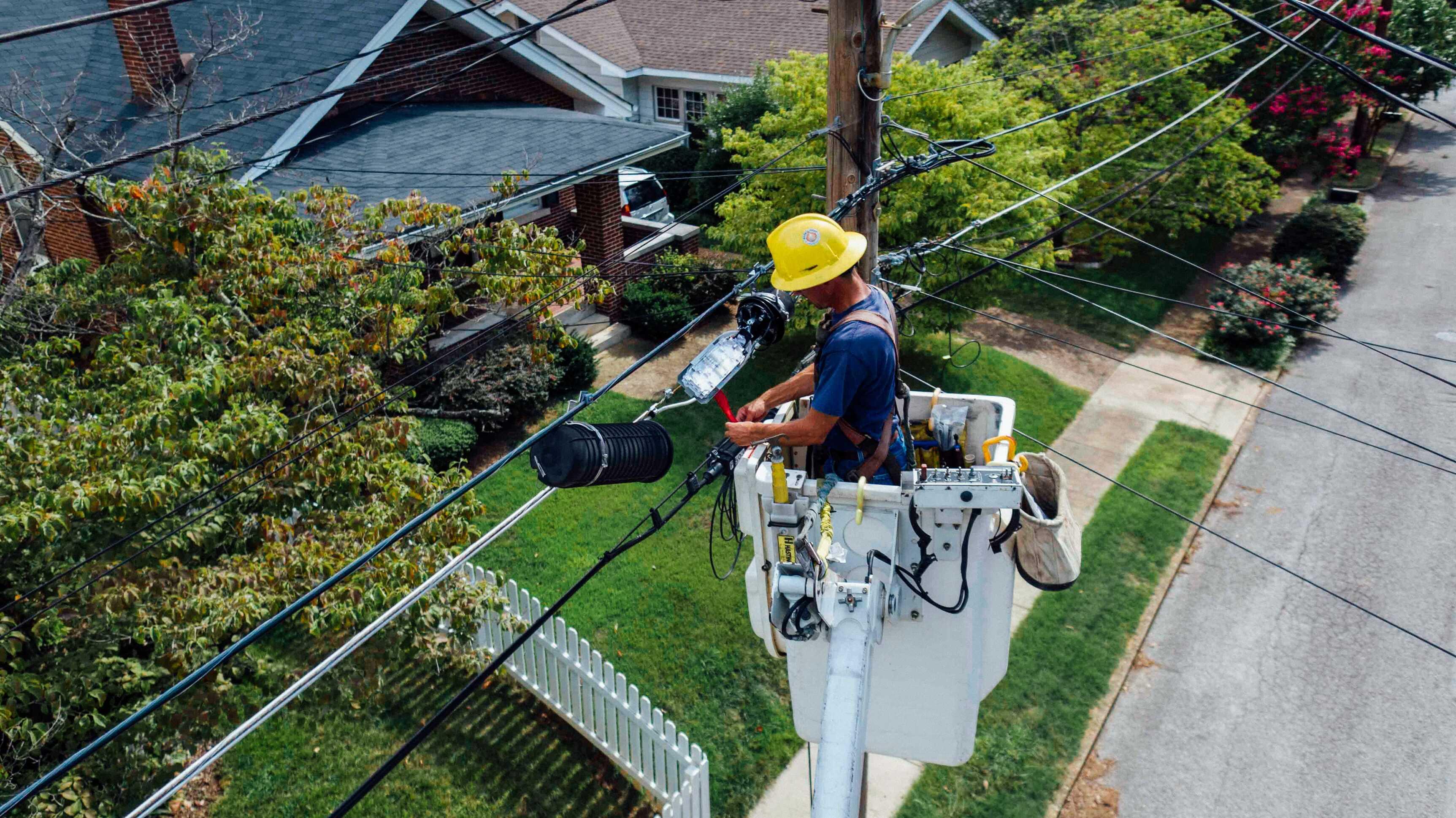 Industriële elektricien onderhoud stroomlijn.