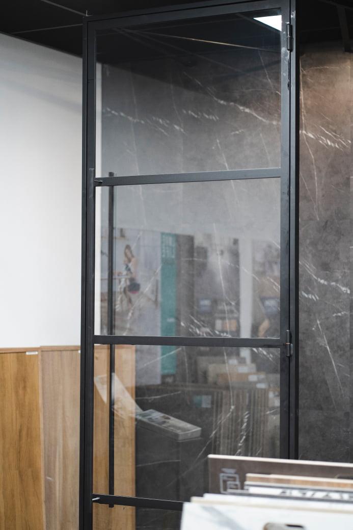 Foto in detail van stalen deur