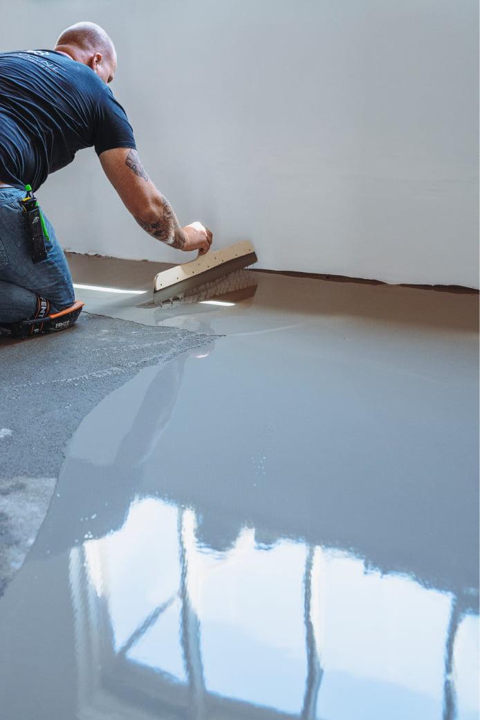Top PVC aan het werk om een PVC vloer te egaliseren