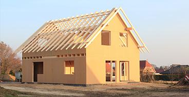 Außenansicht eines Holzhauses