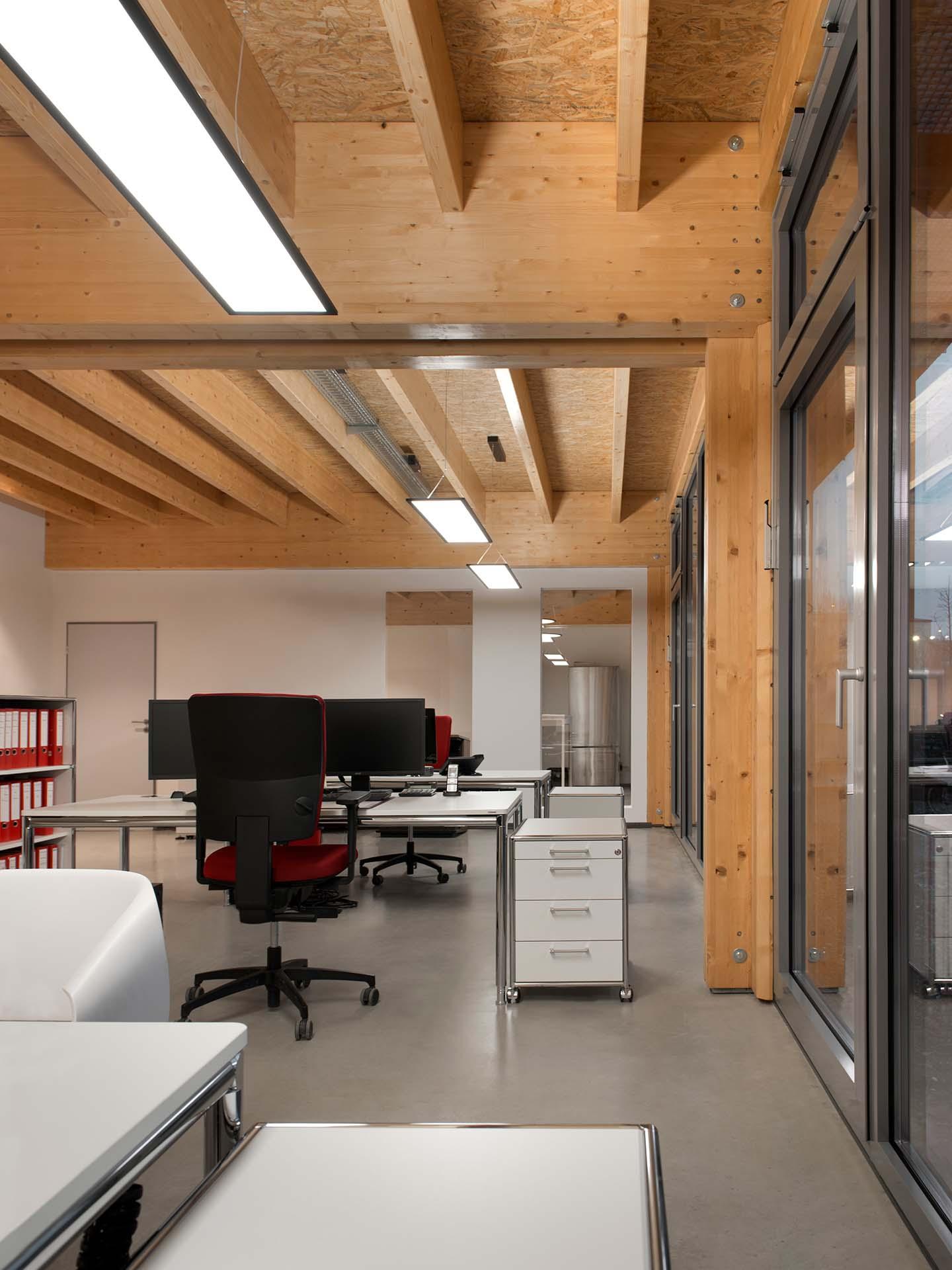 Innenansicht eines Bürogebäudes aus Holz.