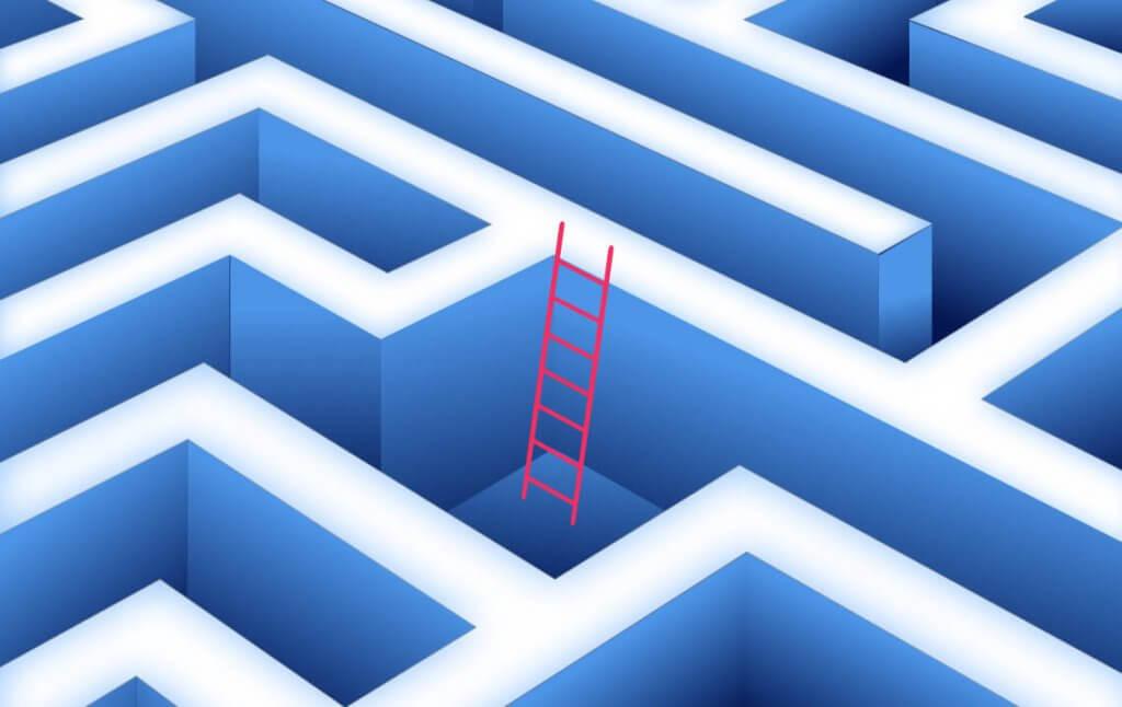 Eine Leiter, die aus dem Labyrinth des Onlinemarketings führt, um sich Übersicht zu verschaffen.