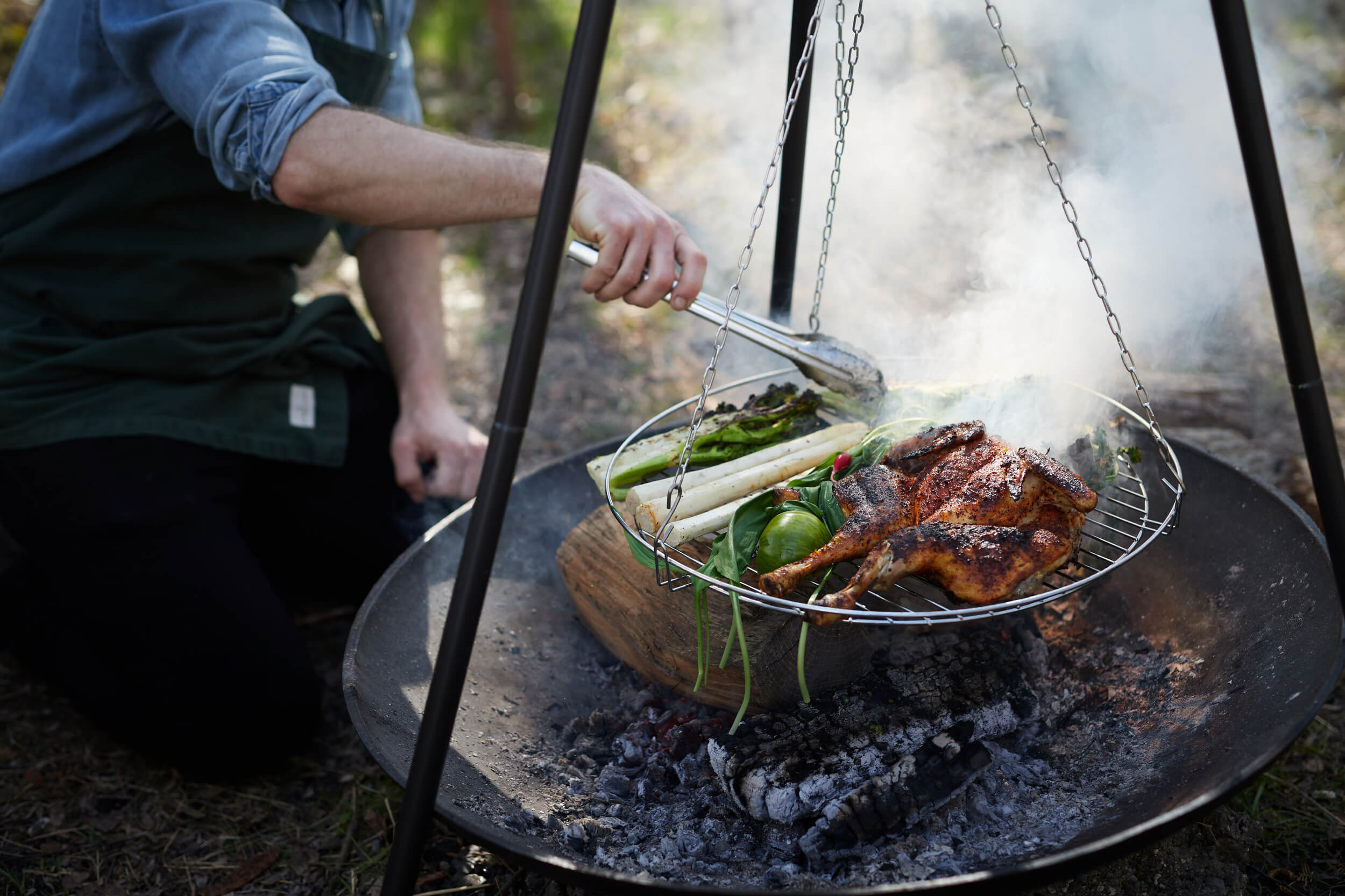 Kok laver mad på bål til lade 609