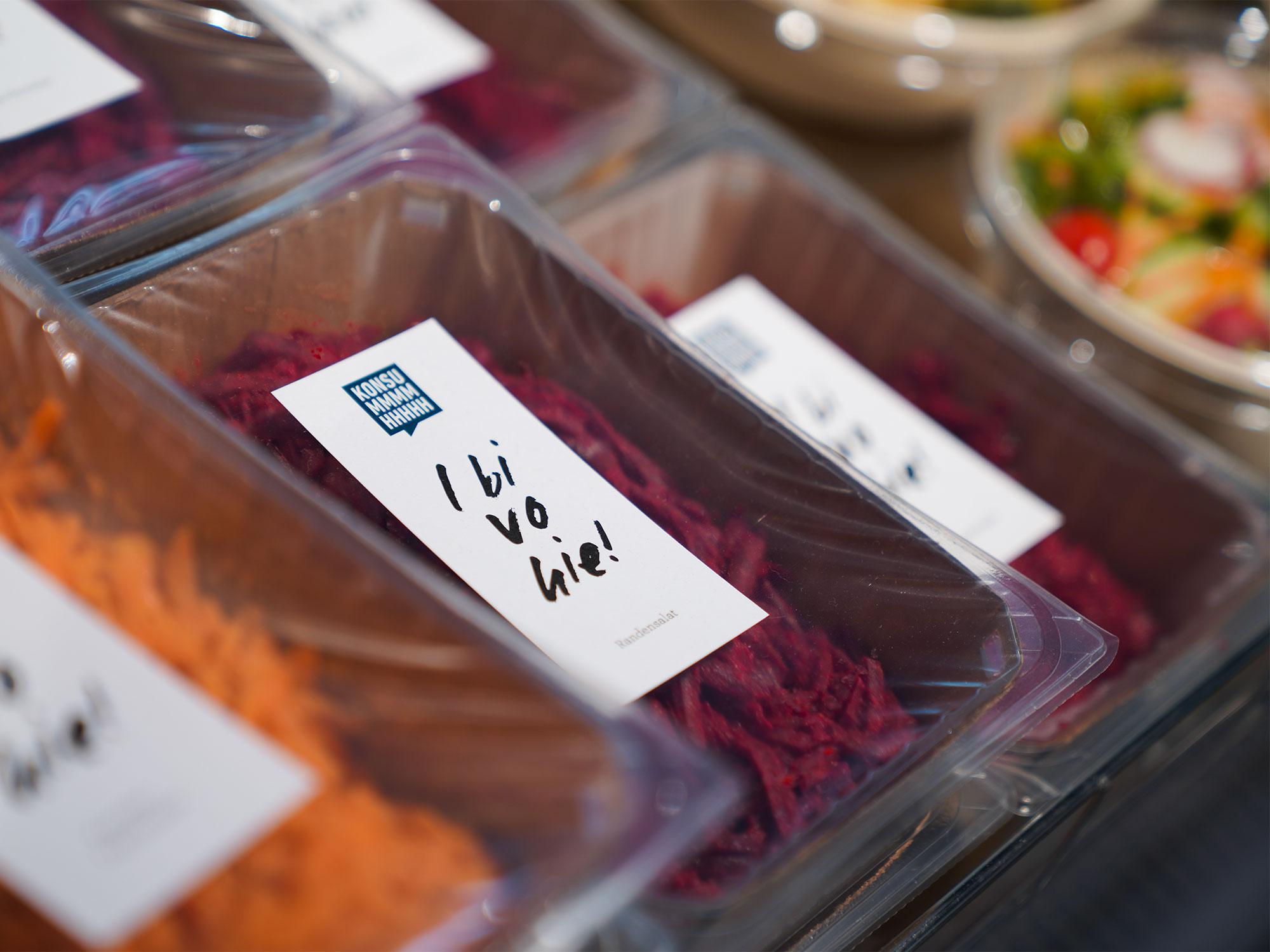 Blick auf die Take Away Salate in der Kuehlvitrine