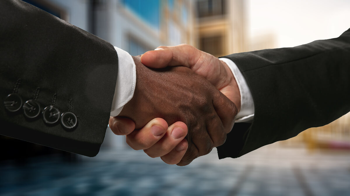 Men handshaking after making a new moving deal