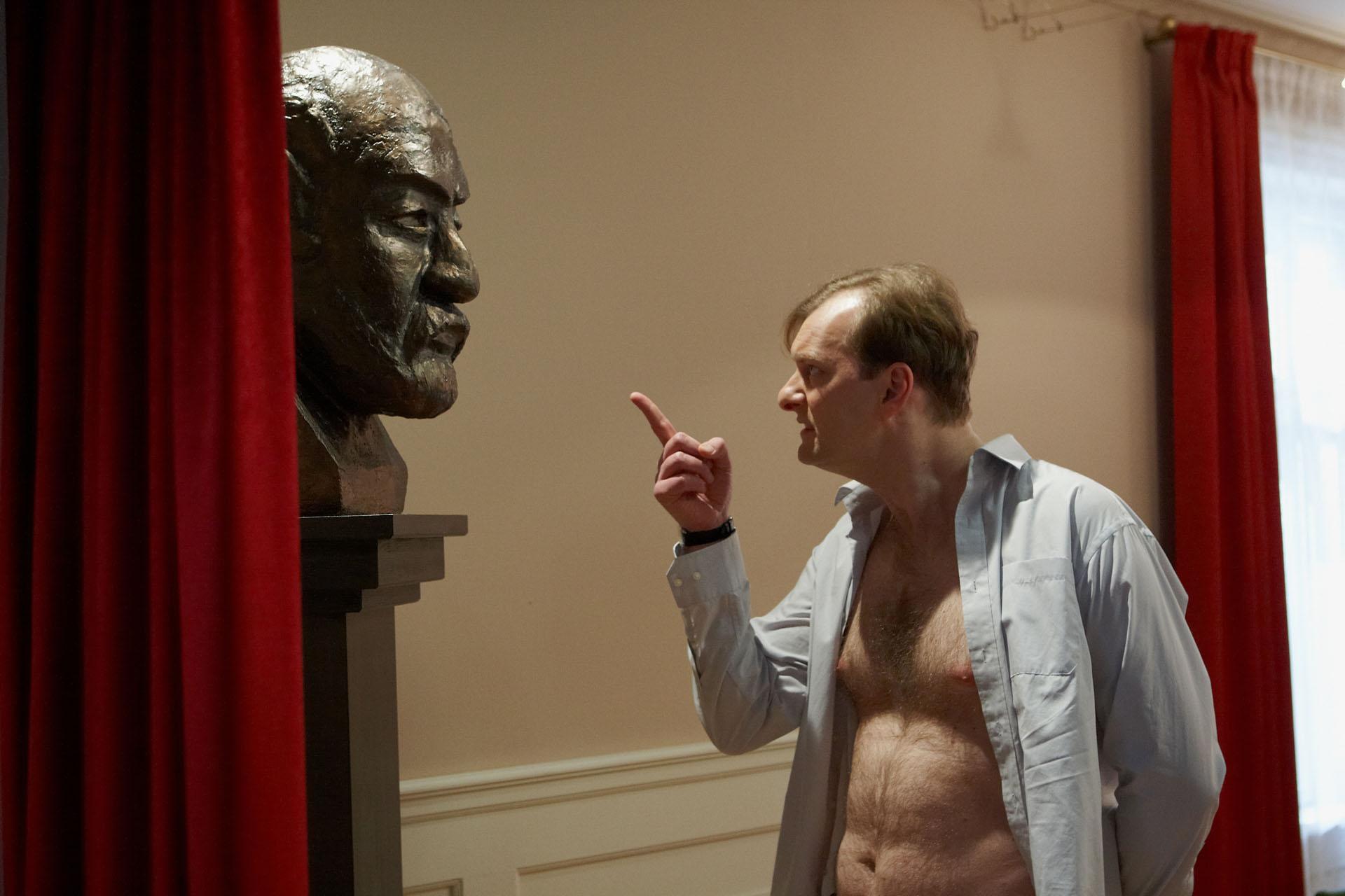 © Star*Film - Alexander Jagsch mit der sprechenden Freud-Büste