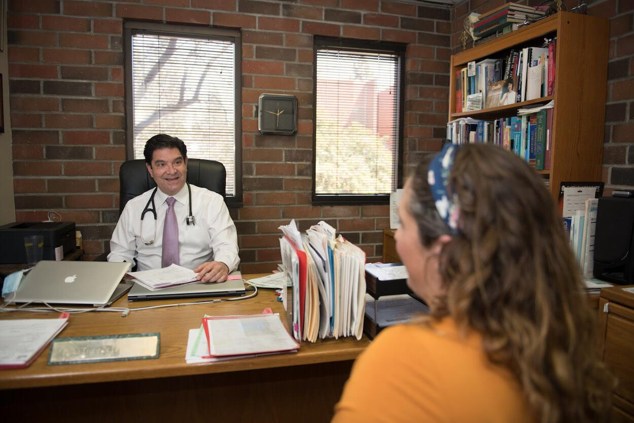 Patient talking with Dr. de la peña