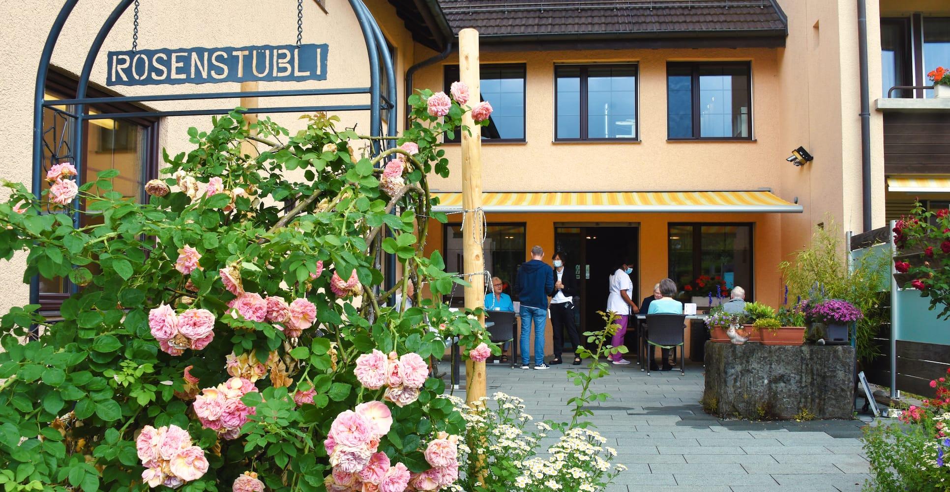 Aussensitzplätze der Cafeteria Rosenstübli