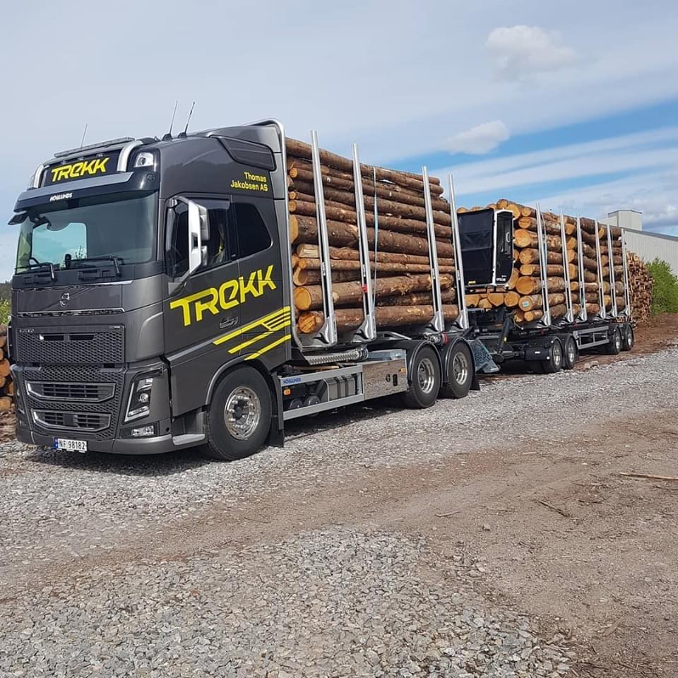 Bilde av en av tømmerbilene til Trekk Tømmer