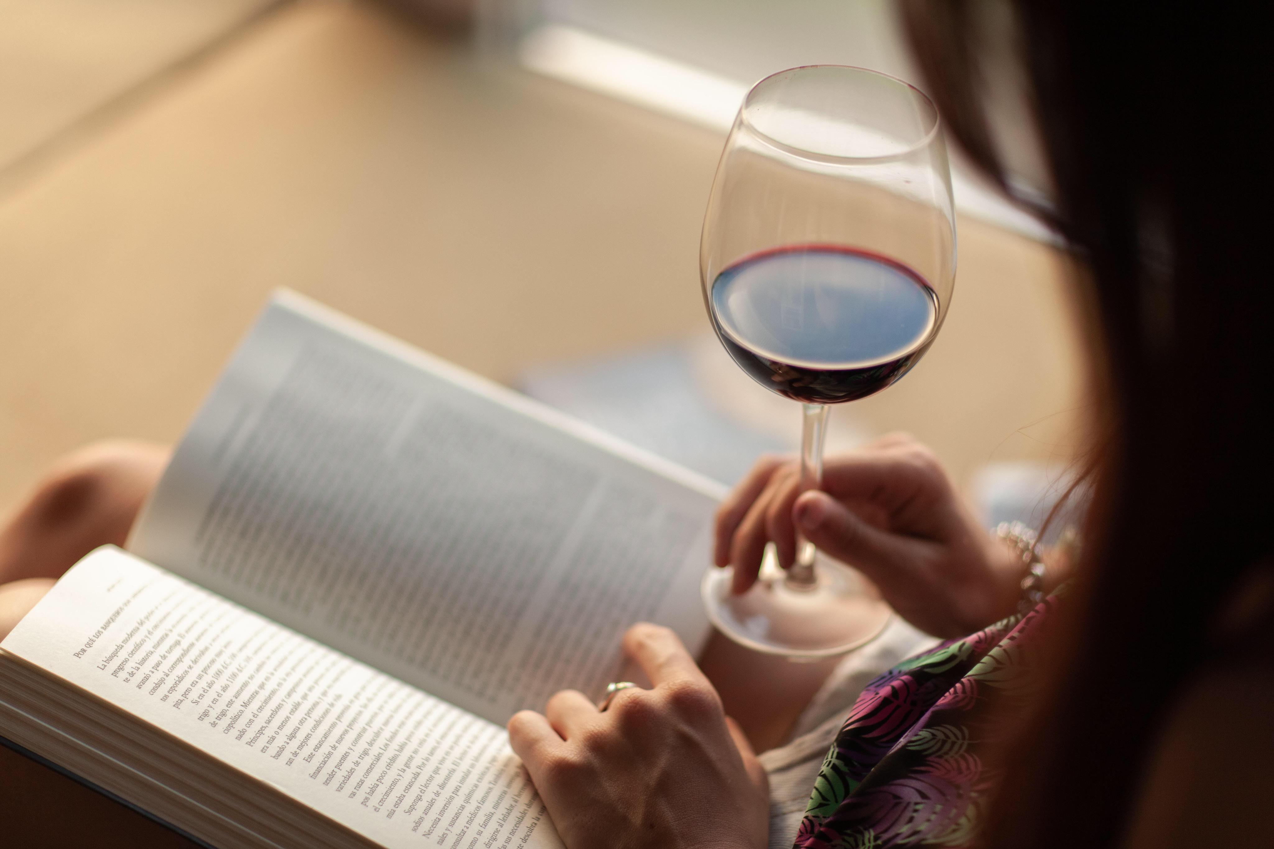 3 Summertime Tips For Wine Lovers Who Also Love To Read