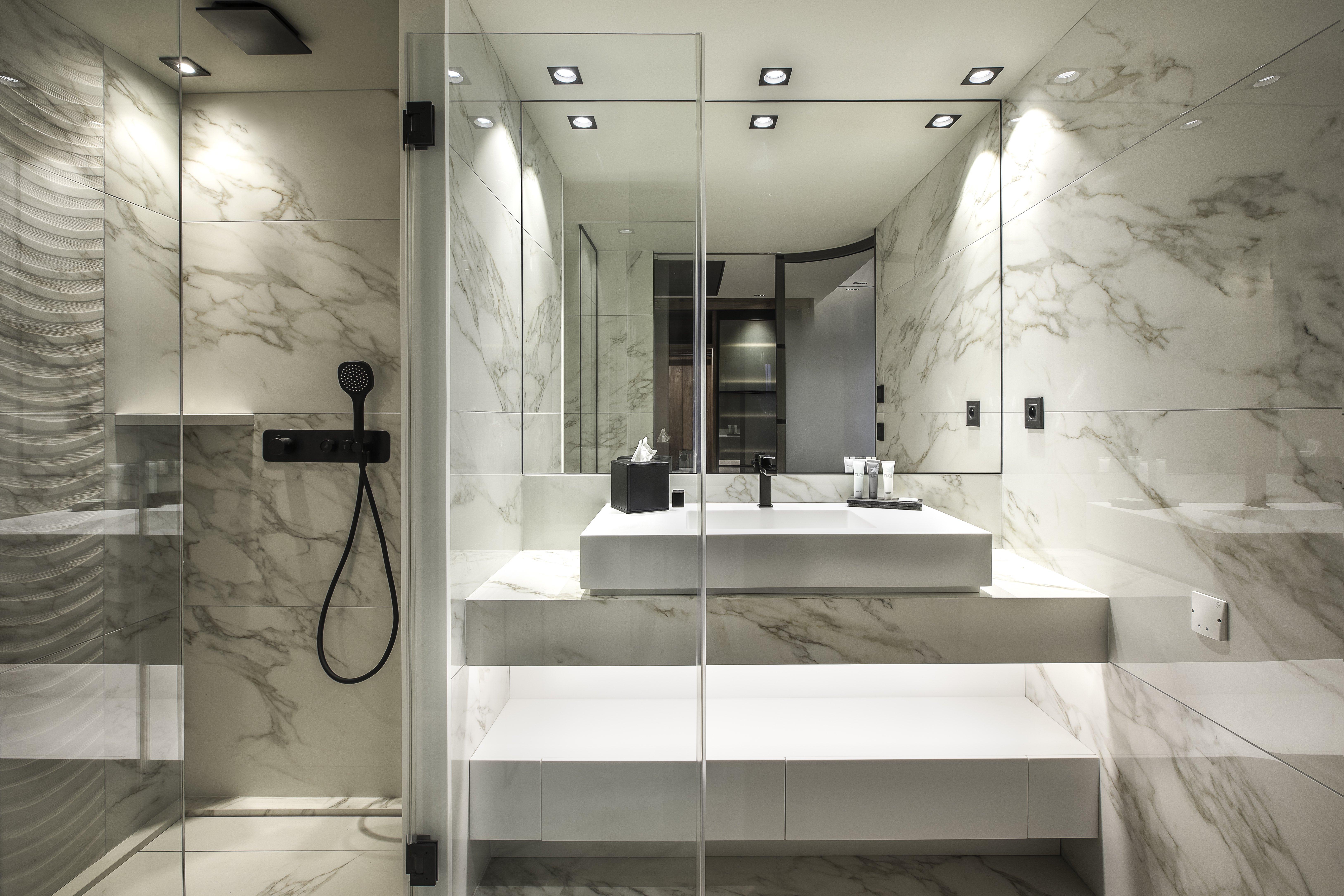 Salle de bain en marbre Hôtel Rivage avec vue sur le lac d'Annecy