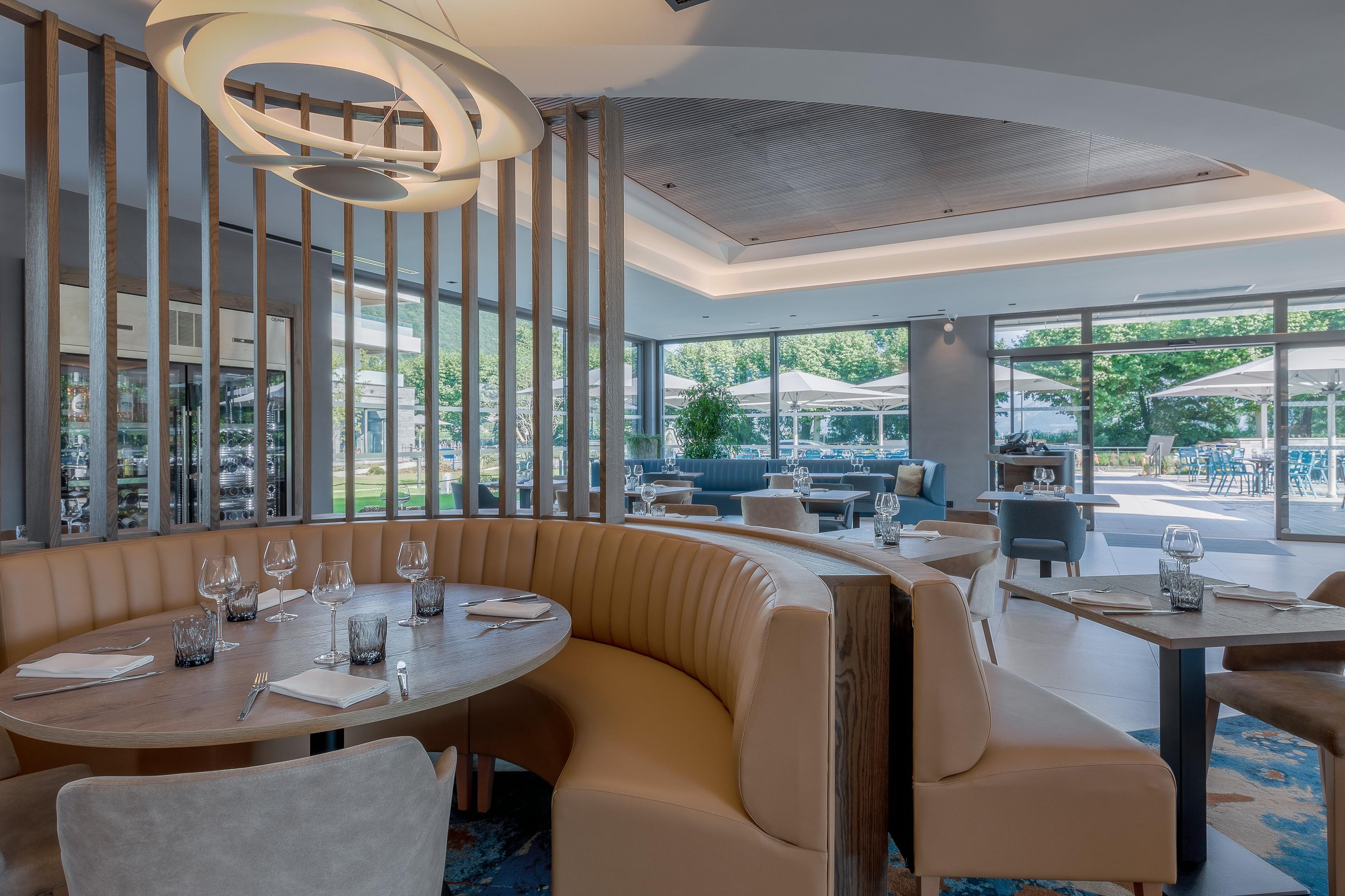 Salle du restaurant au bord du lac d'Annecy