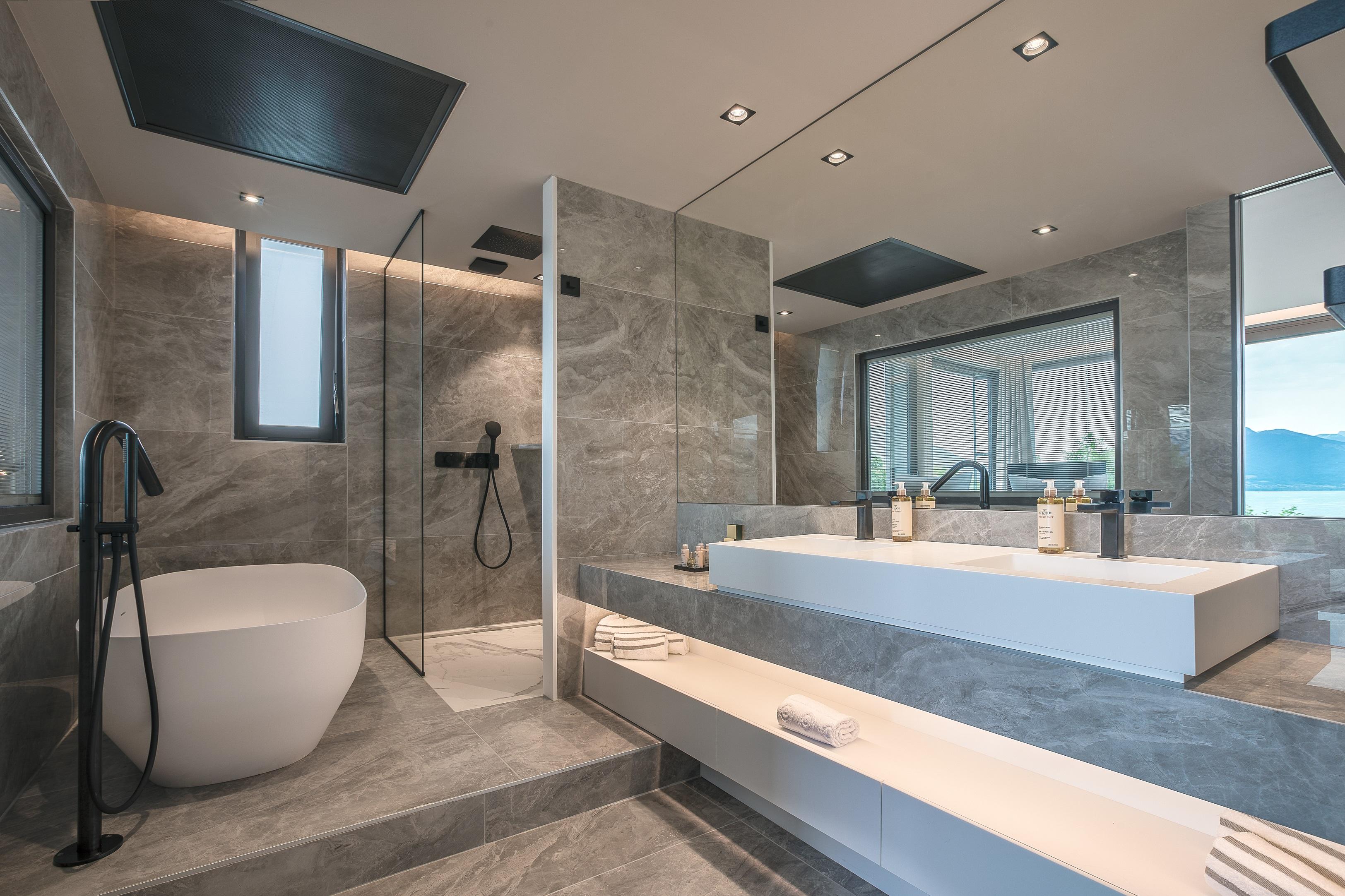 Salle de bain en marbre de l'Hôtel Rivage avec vue sur le lac d'Annecy