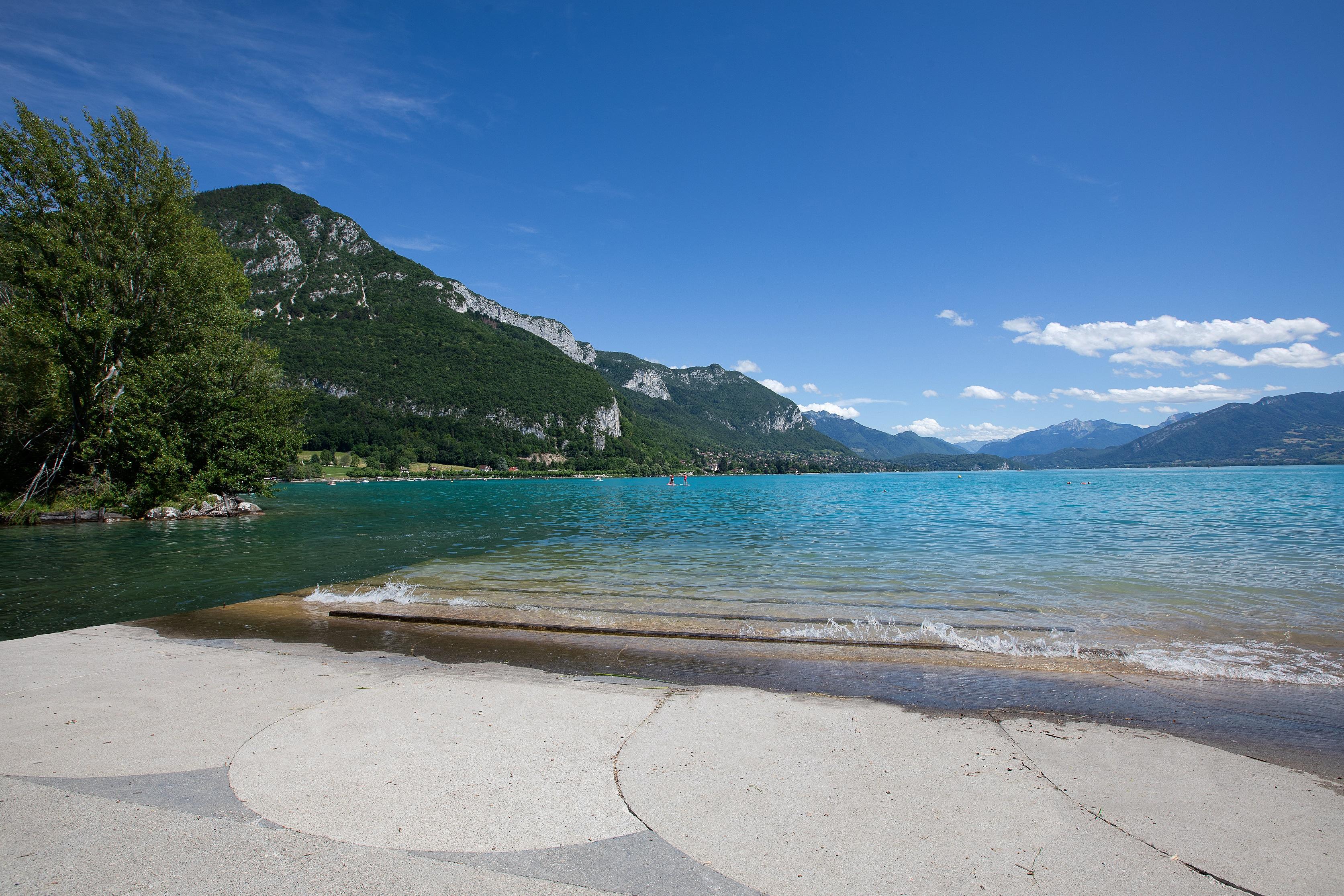 Lac d'Annecy et plage d'Albigny à proximité du lac d'Annecy