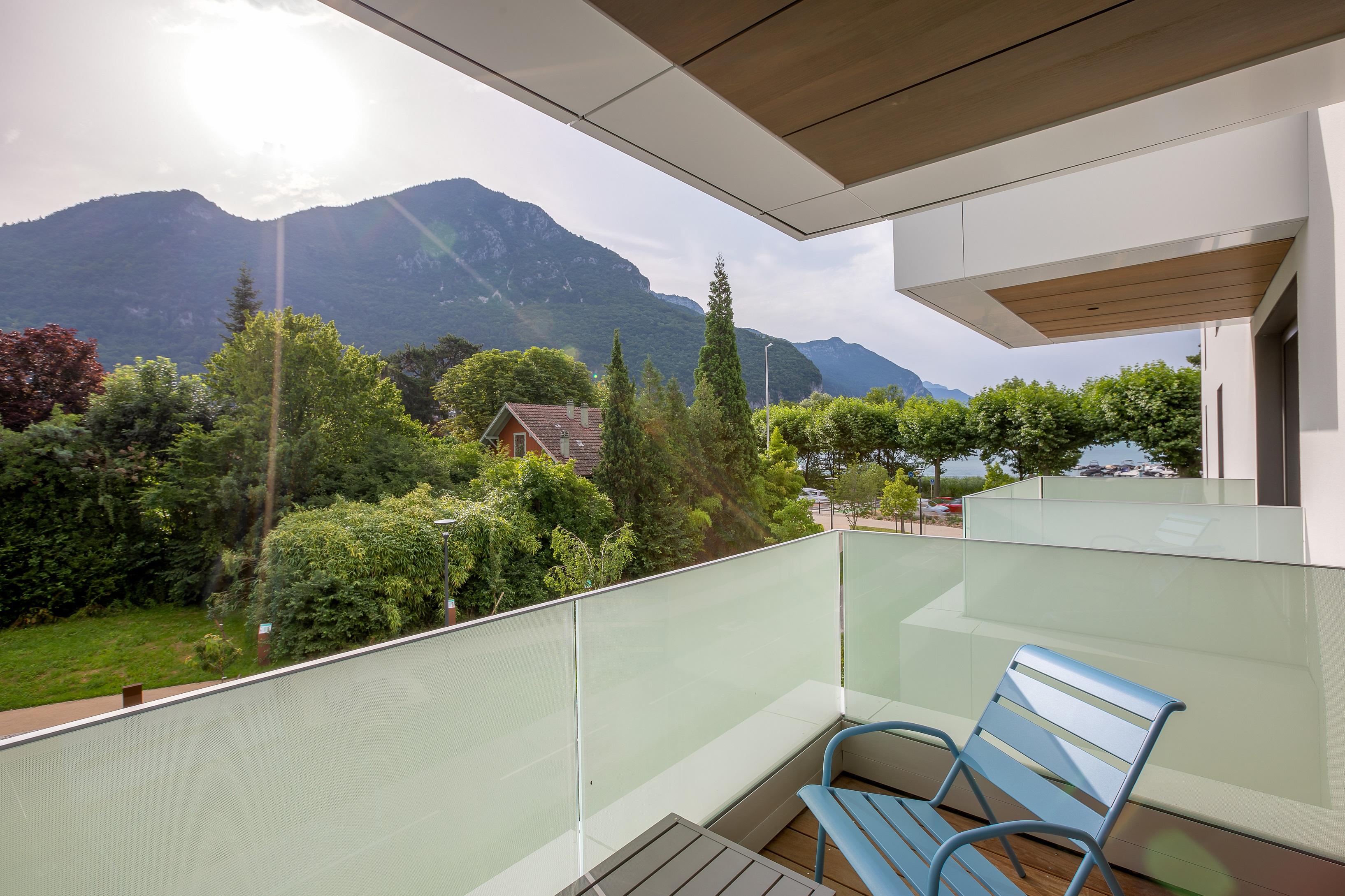 Balcon côté montagne Hôtel Rivage avec vue sur le lac d'Annecy