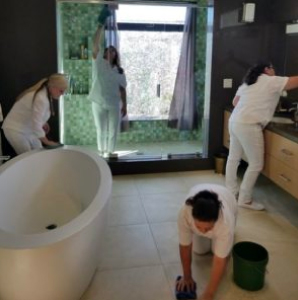 House cleaning services Pasadena CA / Best housekeeping services Pasadena CA - Photo of maids cleaning a house