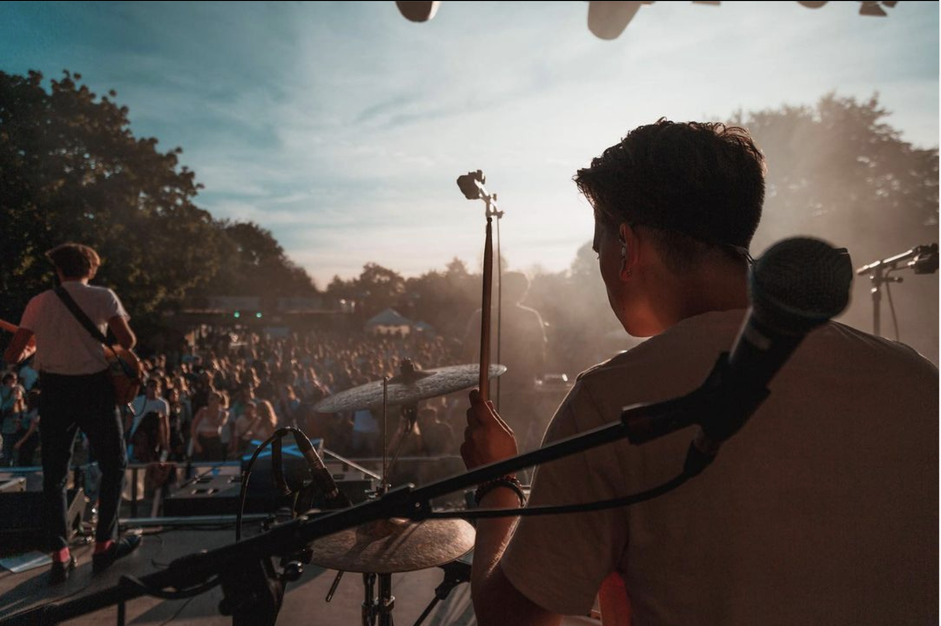 Ein Bild aus Sicht der Bühne, klarer Sonnenschein, viele Menschen